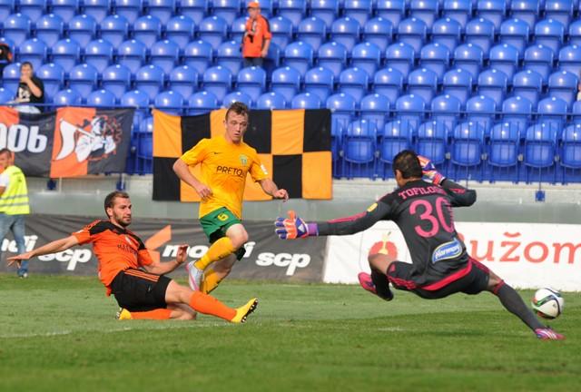 Darko Tofiloski aims to make a save; photo: profutbal.sk